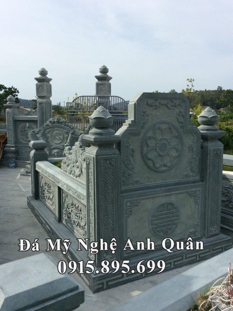 Phía sau mộ đá xanh rêu