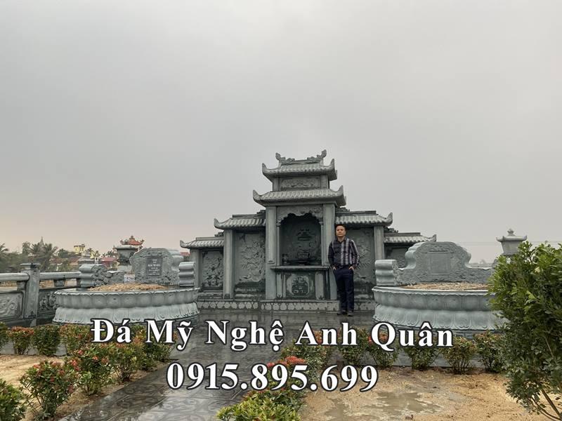 Ông Đặng Việt Bách chụp ảnh lưu niệm tại Khu lăng mộ đá của gia đình