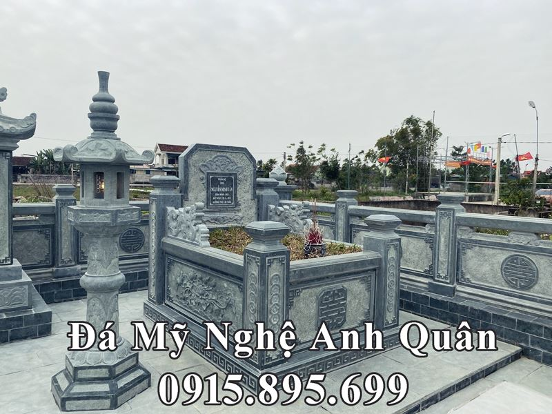 Mau Mo da cua Cu Ong duoc dat o ben phai loi vao khu Lang mo